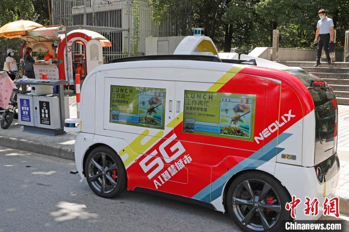 无人餐车停靠在地铁出入口,方便市民购买早餐。 殷立勤 摄