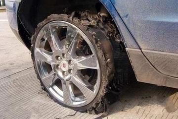 开共享汽车遇爆胎 冒险驱车10公里还需赔1530元