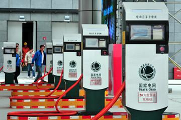 """青岛首设新能源汽车""""专用停车区"""" 免收停车费"""