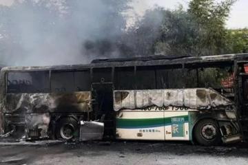 突发!衡阳一大巴车充电时起火,被烧得只剩空壳……