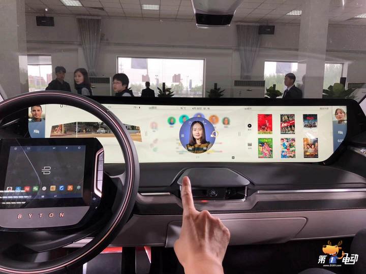 【编者按】2018北京国际车展将于4月25日启幕,在此之前,第一电动网将与车企高管展开对话,推出《车展群英荟》系列报道,分享各家企业的首发新车、发展战略、技术理念和经营之道,从第一视角感受电动化、智能化、轻量化、共享化的趋势亮点。 拜腾虽然是个高端豪华品牌,但是一定要达到亲民的价格,这个方向我们会一直保持。 在拜腾首款可驾驶概念车BYTON Concept中国首映礼上,拜腾总裁兼联合创始人戴雷说道。据戴雷透露,拜腾首款产品价格为30万元人民币左右。产品将于4月25日首次面向内部员工开启预售,今年下半年正