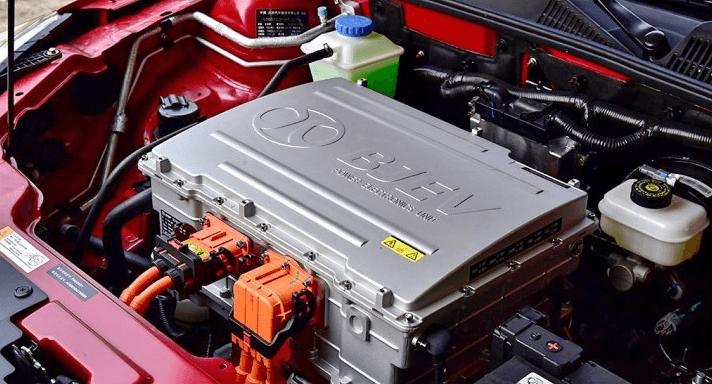 北汽新能源eu400配备最大功率136马力的电动机