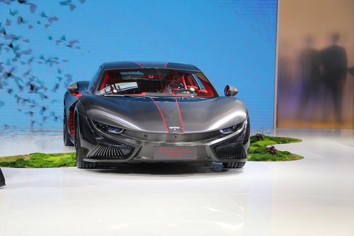 据了解,2018年4月25日前途汽车携三大平台车型前途K50、前途K20 Concept和前途Concept 1亮相2018北京国际车展。新车依旧保持前途一贯的前瞻性设计、开放的智能互联平台、轻量化的材料和模块化的电驱动技术融合进造车技术。  前途汽车董事长陆群先生在发布会上表示:前途汽车的品牌理念是先天下之行而行,目标客户群是时代进取者,他们敢于突破,敢于引领,敢于挑战。  前途汽车董事长陆群先生 基于前途汽车中小型平台开发的首款概念产品前途K20 Concept在本次车展首次登场。该车型是