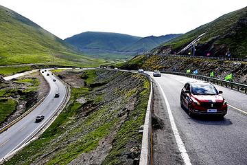 第五届环青海湖(国际)电动汽车挑战赛环湖评测赛完成首日四项评测