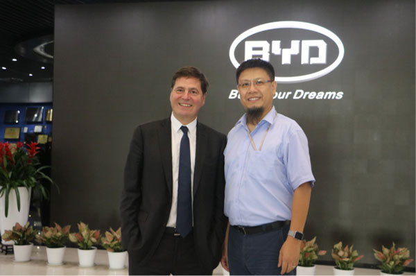 微软全球资深副总裁Alain Crozier与比亚迪汽车销售有限公司总经理舒酉星