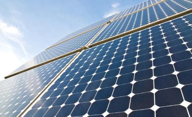 为什么电动汽车不安装太阳能电池板来为充电,而要安装充电桩?