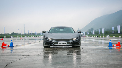 花不到100万的价格却能拥有外形堪比法拉利的车,试驾纯电跑车前途K50