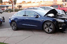 特斯拉Model 3撞上交通灯  仅车辆前部内凹
