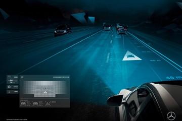 梅赛德斯迈巴赫的新款200万像素大灯把图像投射到道路上