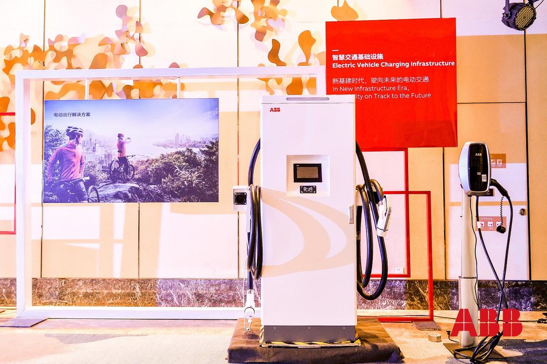 现场展示电动汽车充电桩.JPG