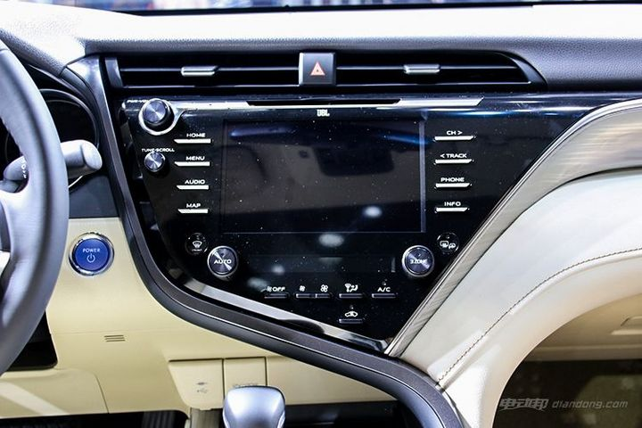 丰田第八代凯美瑞  3,8英寸中控大屏幕采用物理按键与触控结合的方式