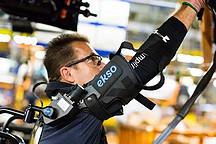福特工人佩戴可穿戴外骨骼设备 身体年轻20岁