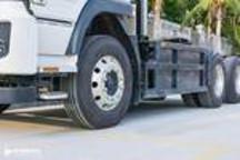 能牵引40吨的比亚迪电动重卡曝光,使用汉德前桥,铝合金轮圈