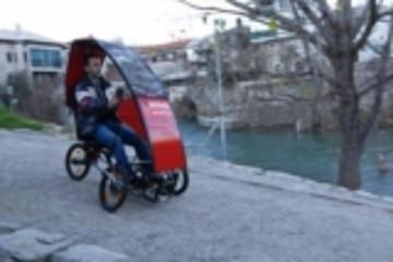 """轻量化""""电动车""""亮相 可折叠成滑轮行李箱"""