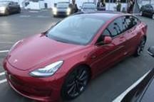 特斯拉首席设计师的最新座驾:原来是一辆红色Model 3电动跑车