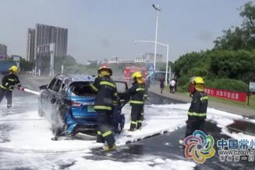 新买的江铃电动汽车走在路上就自燃了