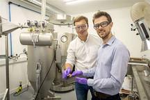 剑桥博士发明新材料制电池 6分钟可让汽车充满电