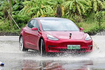雨战金卡纳赛道 体验特斯拉性能驾驶学院