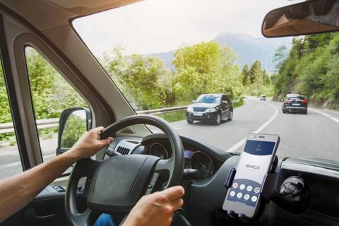 黑科技,前瞻技术,Truce Software,新技术让车队管理司机驾驶时使用移动设备,车队司机分心驾驶,开车时用手机,汽车新技术