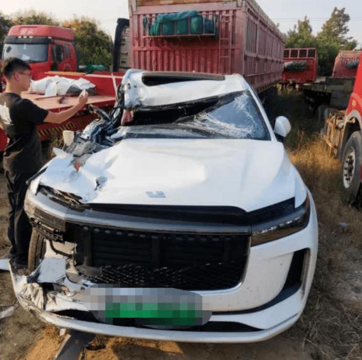 理想汽车回应G18高速A柱严重弯曲事件:A柱无法承受货箱直接碰撞或挤压