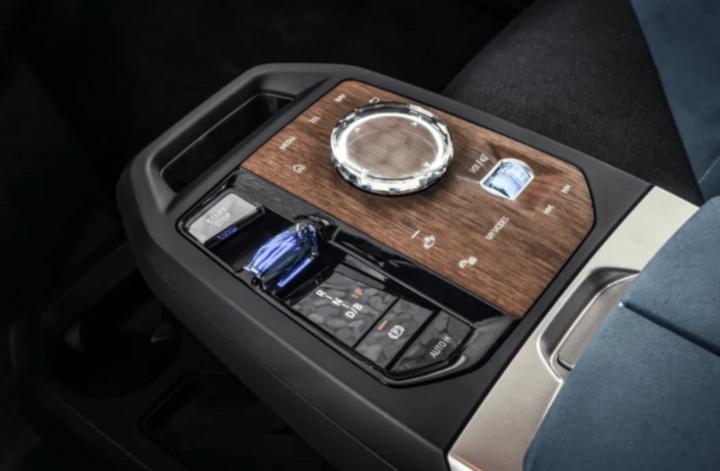12 年后的超级迭代,宝马发布旗舰电动 SUV iX
