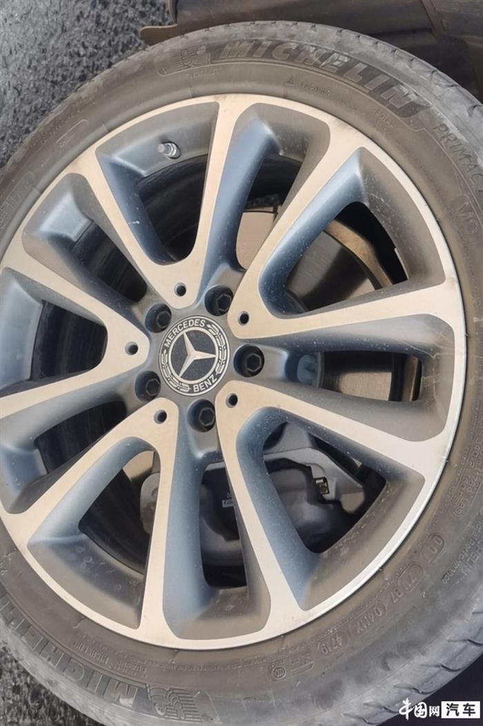 奔驰4s店销售人员涉嫌虚假宣传 E级车主山路抛锚无备胎可换