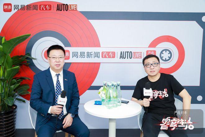 一汽红旗汽车销售有限公司总经理 陈旭(左)与网易传媒副总编辑 张齐(右)