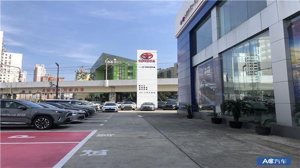 停车场有一些空位,相对比较宽松