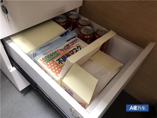 办公室的储物柜中存放了大量口罩,做好了充足的准备