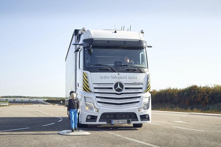 01. 梅赛德斯-奔驰卡车一直在车辆安全领域保持着行业领先.jpg