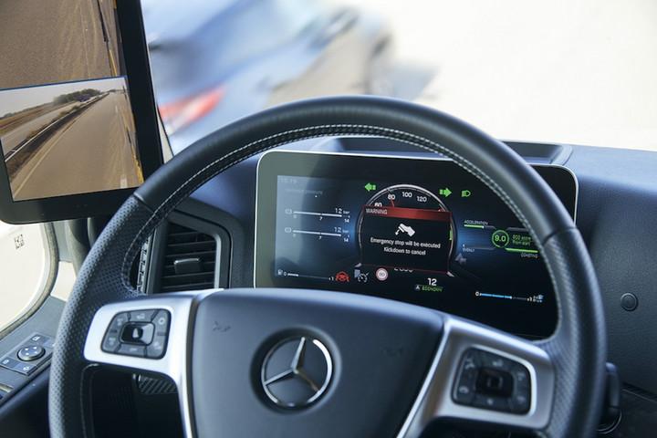 02. 第二代主动驾驶辅助系统识别出驾驶员因健康问题等原因没有驾驶动作时,会在限制范围内启动制动.jpg