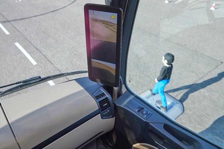 03. 通过车辆转向角度,主动式车侧区域保护辅助系统能够判断制动操作的必要性,尽量降低可能发生碰撞的风险.jpg