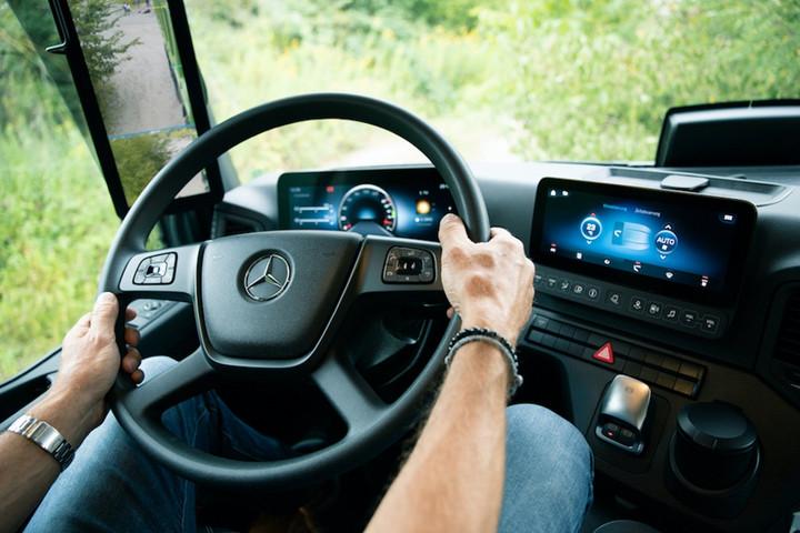 15. 多媒体互动驾驶舱等来自梅赛德斯-奔驰卡车的最新技术也将应用于Arocs车型上.jpg