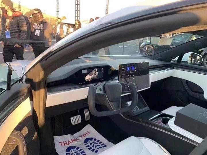 特斯拉 Model S Plaid 版交付现场,首席设计师「持锤上阵」:我们要打破几项纪录