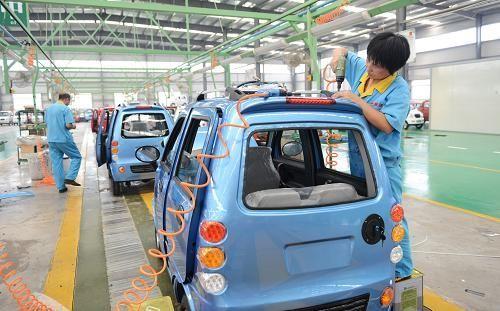 山东维动新能源汽车有限公司工人在生产车间组装电动汽车